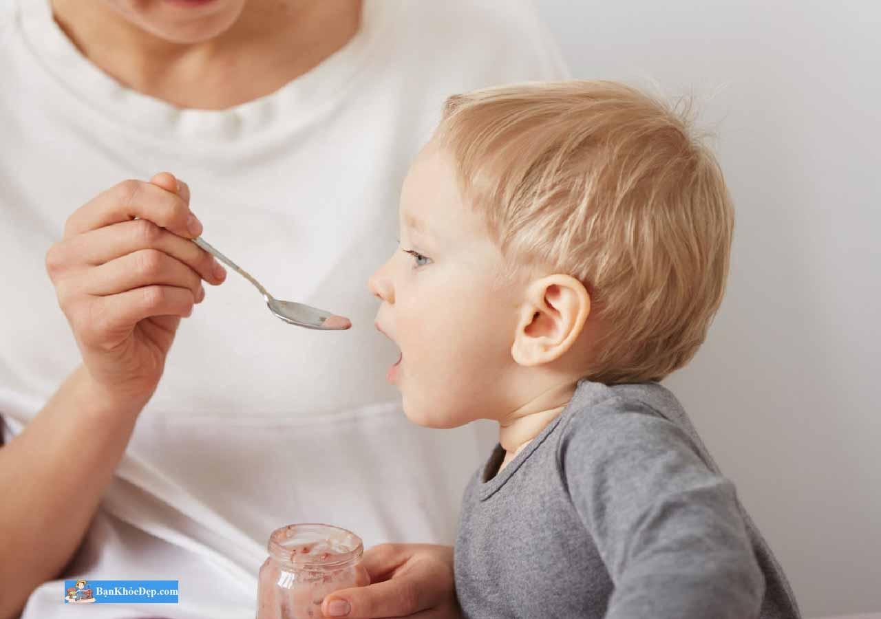 trẻ 18 tháng biếng ăn